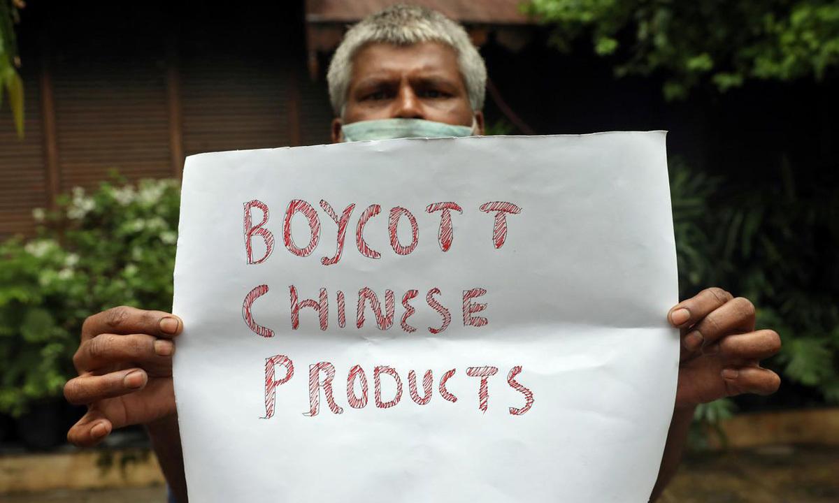 Một người biểu tình giơ khẩu hiệu tẩy chay hàng Trung Quốc tại thành phốKolkata, Ấn Độ, hôm 17/6. Ảnh: Reuters.
