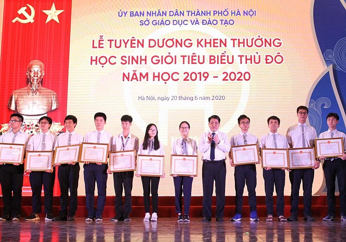 Học sinh được khen thưởng ngày 20/6. Ảnh: TTXVN