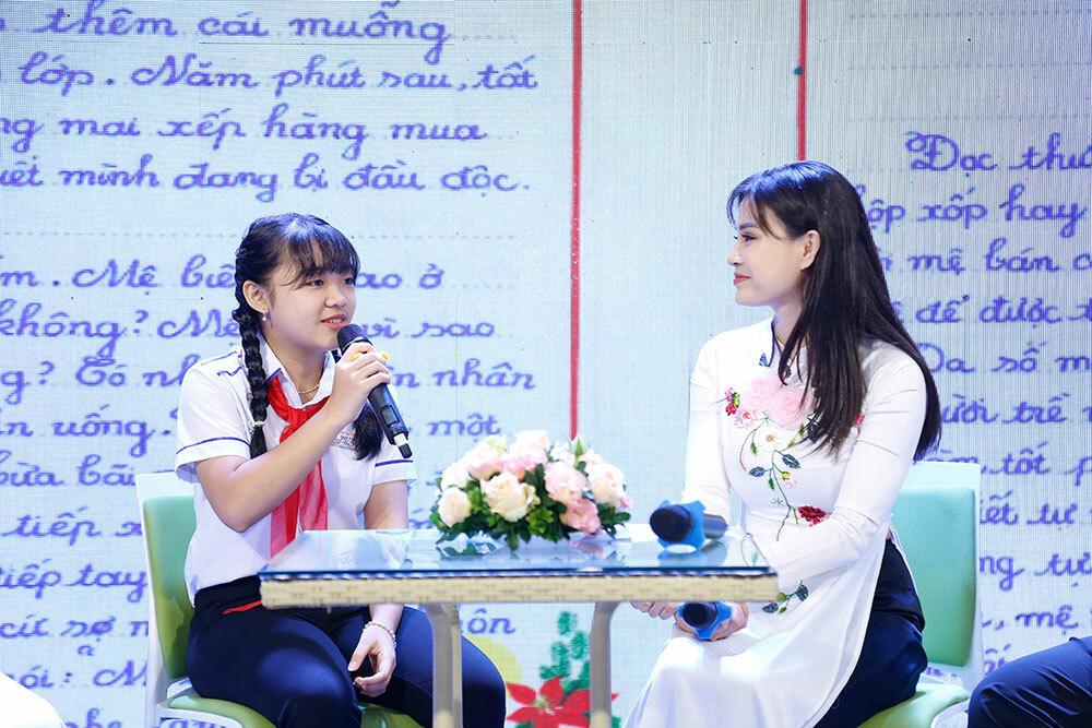 Phan Hoàng Phương Nhi tại Lễ trao giải quốc gia cuộc thi viết thư quốc tế UPU lần thứ 49, sáng 26/6. Ảnh: Ban tổ chức