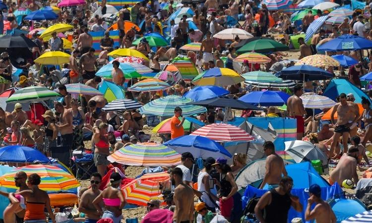 Người dân kéo tới bãi biển ở thị trấnBournemouth, Anh, hôm 24/6. Ảnh: Reuters.