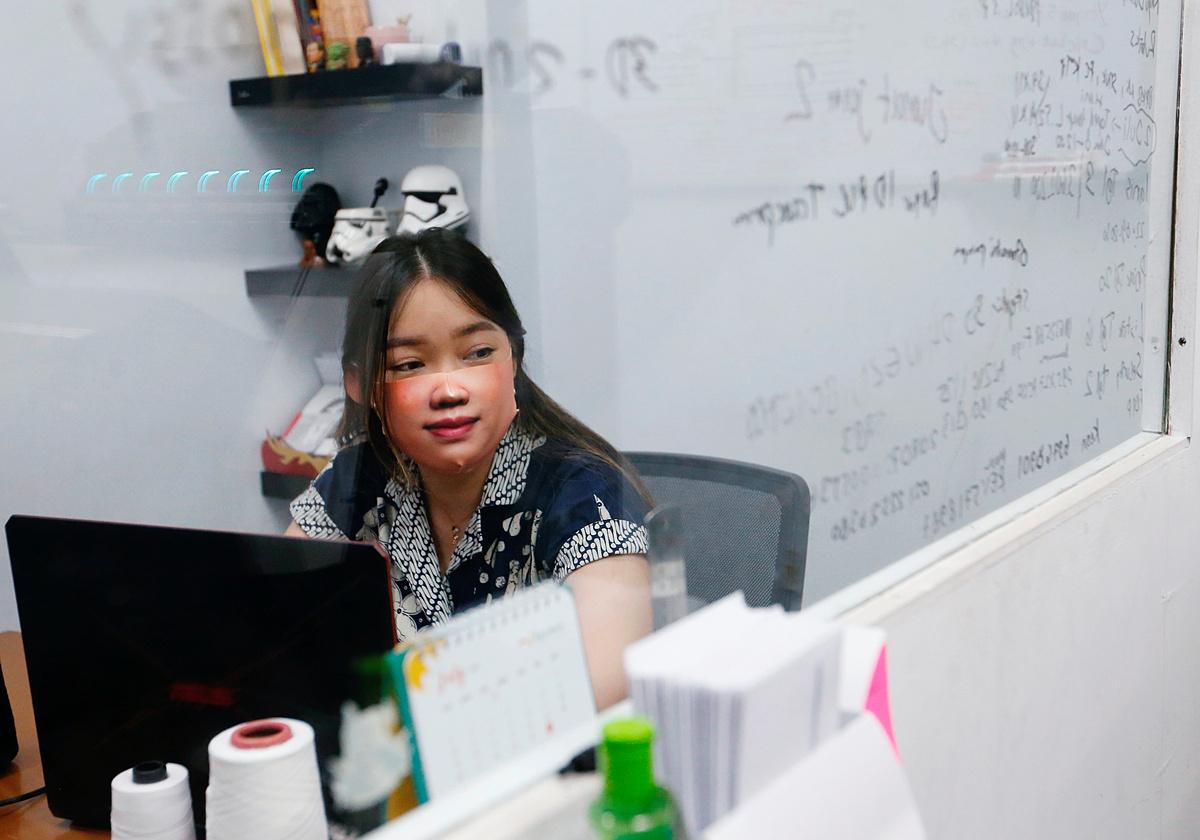 Một nhân viên đeo khẩu trang thiết kế riêng tại xưởng in ở Jakarta, Indonesia hôm 23/6. Ảnh: Reuters