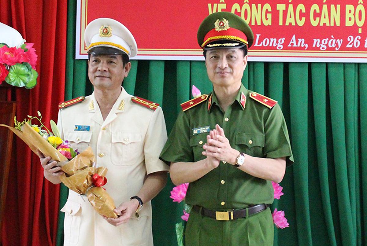 Thứ trưởng Bộ Công an Nguyễn Duy Ngọc (phải) chúc mừng đại tá Lê Hồng Nam. Ảnh: Thúy Phượng.