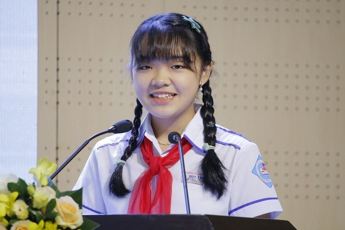 Phan Hoàng Phương Nhi phát biểu và đọc thư của mình tại Lễ trao giải quốc gia cuộc thi viết thư quốc tế UPU lần thứ 49, sáng 26/6. Ảnh: Thanh Hằng