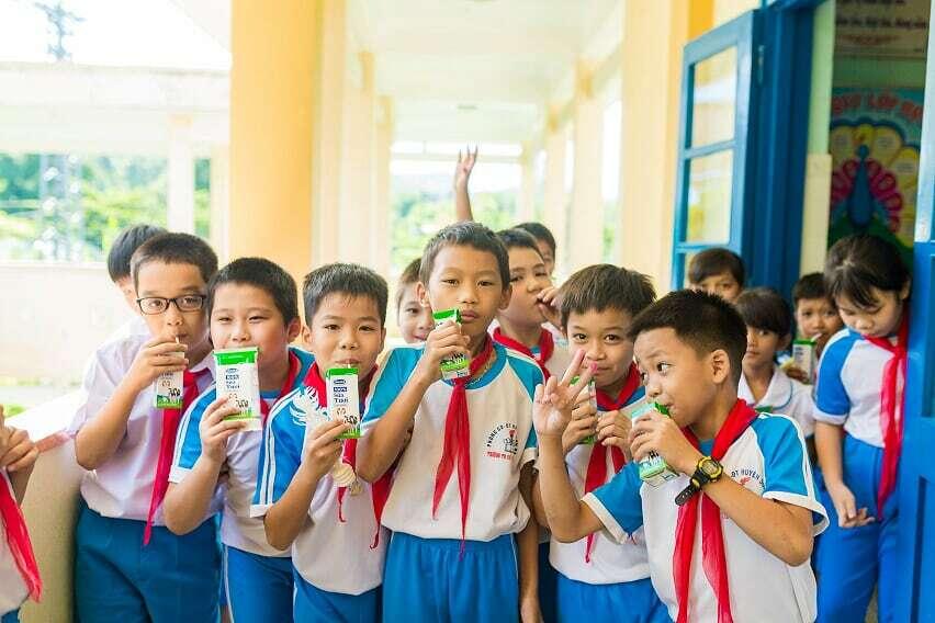 Học sinh trường Tiểu học Thị trấn Di Lăng (Quảng Ngãi) vui uống sữa.