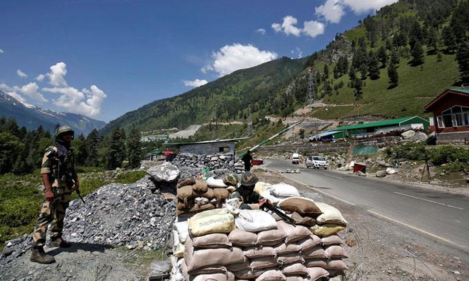 Lực lượng biên phòng Ấn Độ canh gác tại trạm kiểm soát dọc đường cao tốc tại Gagangir dẫn tới biên giới với Trung Quốc hôm 17/6. Ảnh:Reuters.