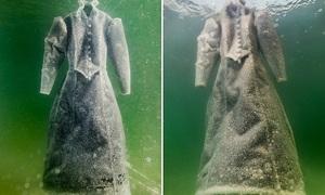 Chiếc váy tựa pha lê vì ngâm trong Biển Chết