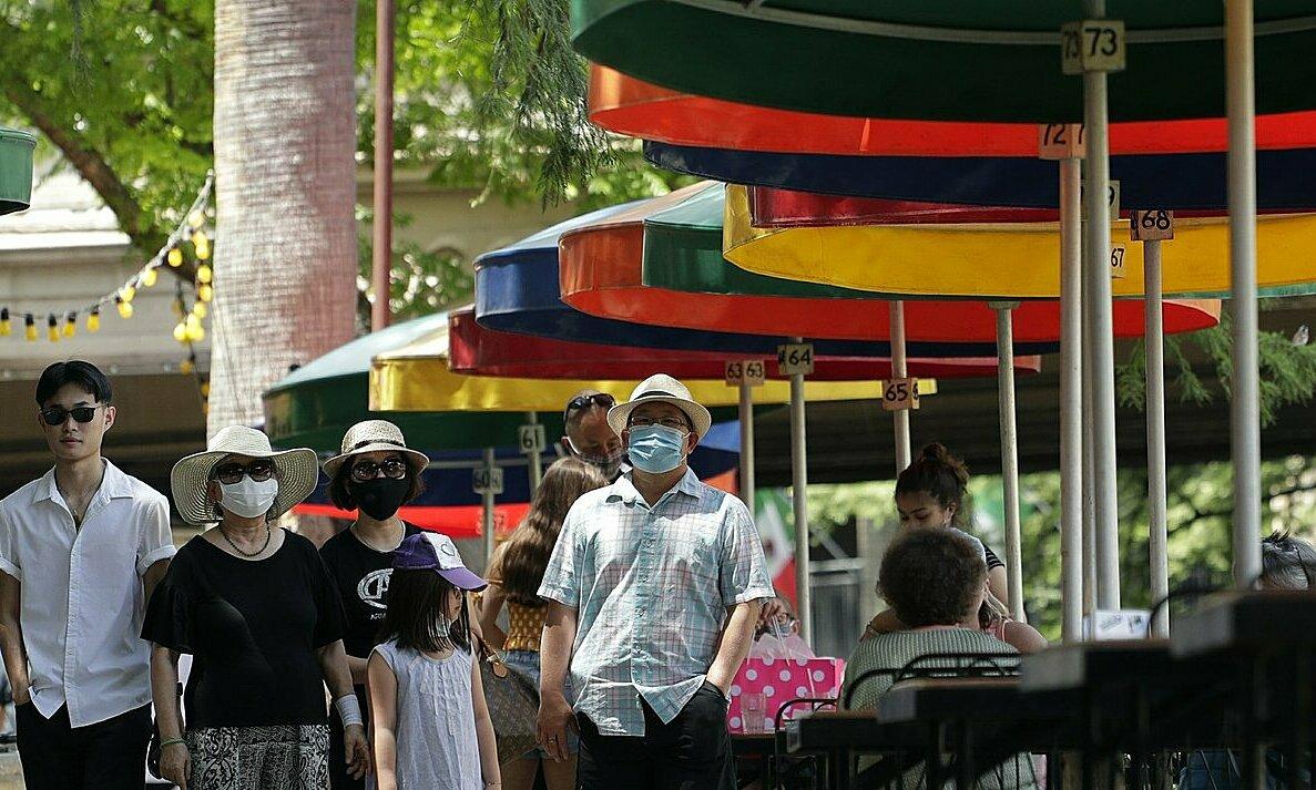 Du khách đeo khẩu trang trên phố ởSan Antonio, bang Texas, hôm 24/6. Ảnh: AP.