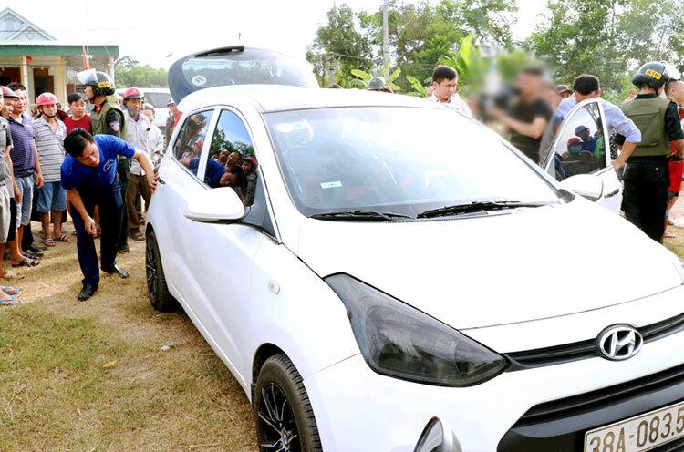 Ôtô 5 chỗ chở ma túy bị chặn ở xã Phúc Đồng, huyện Hương Khê. Ảnh: C.A