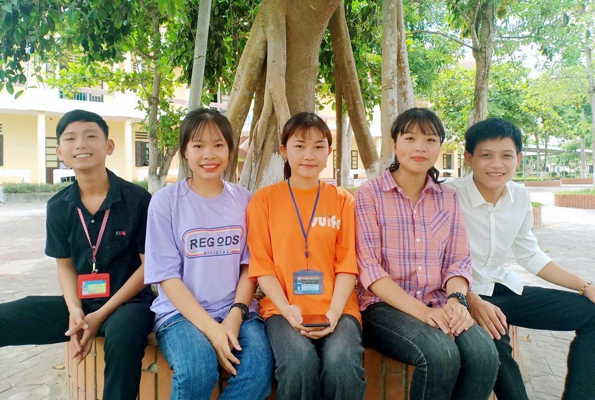 Thúy Hiền (thứ hai từ phải sang) cùng nhóm bạn tham gia nhặt đinh. Ảnh: Gia Hân