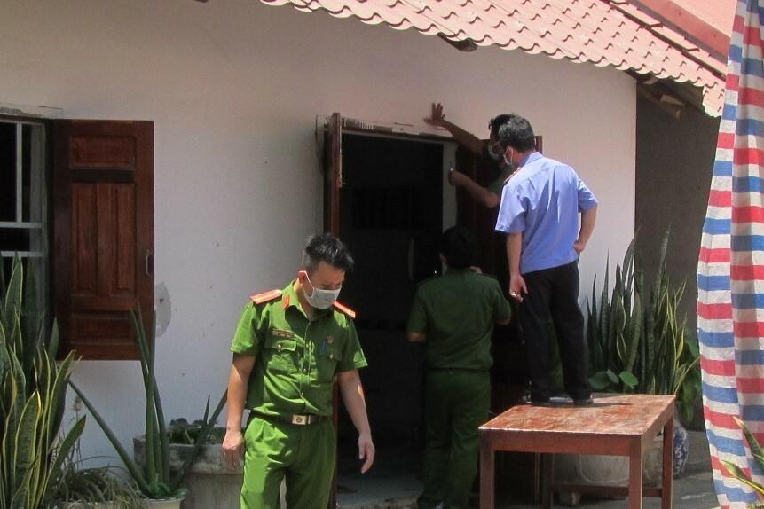 Lực lượng chức năng khám nghiệm hiện trường vụ án, ngày 24/3. Ảnh: Đức Huynh.