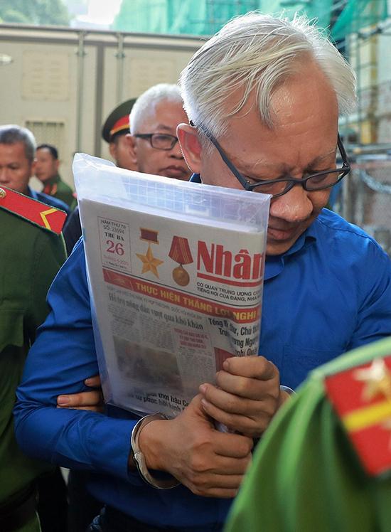 Bị cáo Phùng Ngọc Khánh được đưa đến TAND TP HCM hôm 23/6. Ảnh: Quỳnh Trần.