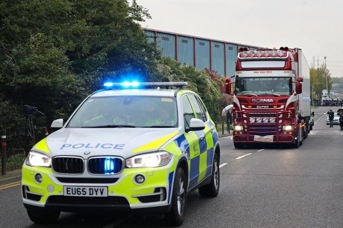Cảnh sát Anh đưa xe container chở 39 thi thể được phát hiện ở hạt Essexrời khỏi hiện trường hôm 23/10. Ảnh:Reuters