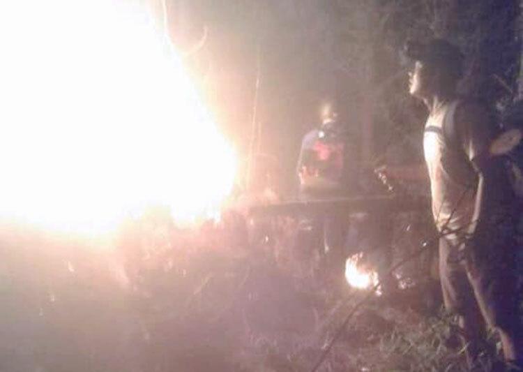 Nhiều lực lượng tham gia dập lửa trong đêm. Ảnh: Gia Hân