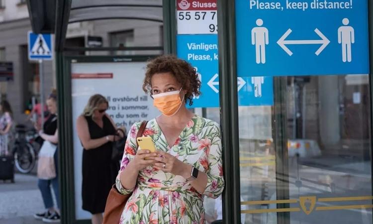 Một phụ nữ ở Stockholm ngày 26/6. Ảnh: AFP.