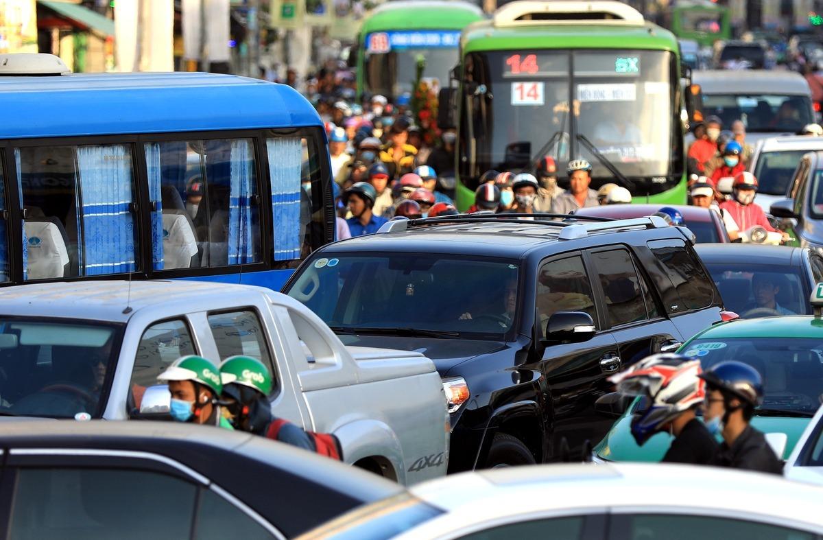 Xe buýt mắc kẹt trong vòng vây xe máy, ôtô trên đường Lê Hồng Phong, quận 10. Ảnh: Hữu Khoa