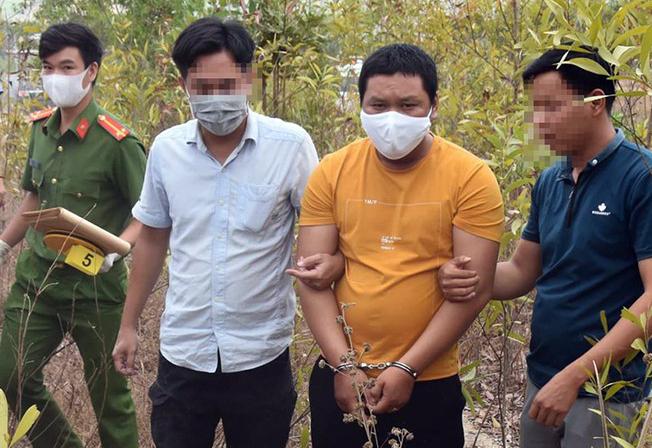 Nguyễn Thanh Tâm bị giải về địa phương tìm hung khí gây án. Ảnh: PL TP HCM.