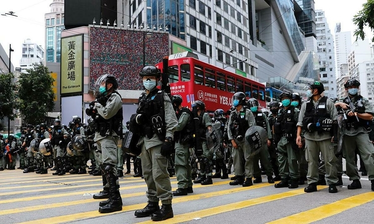 Cảnh sát chống bạo động được triển khai để giải tán biểu tình phản đối dự luật an ninh ở Hong Kong hôm 24/5. Ảnh: Reuters.