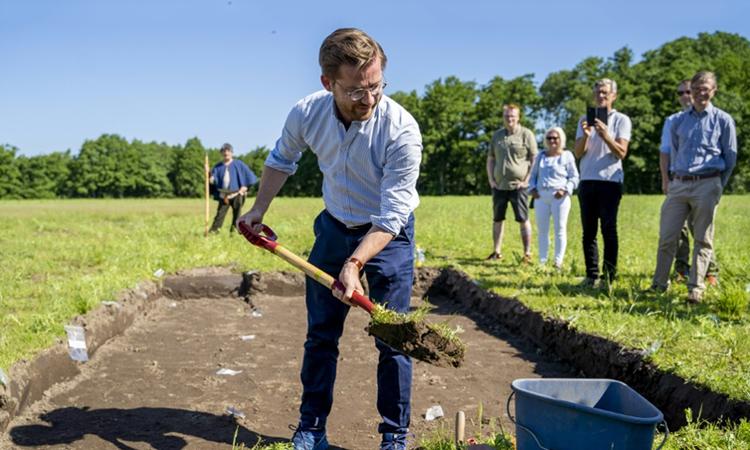 Bộ trưởngBộ Văn hóa Na Uy có mặt tại địa điểm khai quật tàu Viking hôm thứ Sáu. Ảnh: AFP.