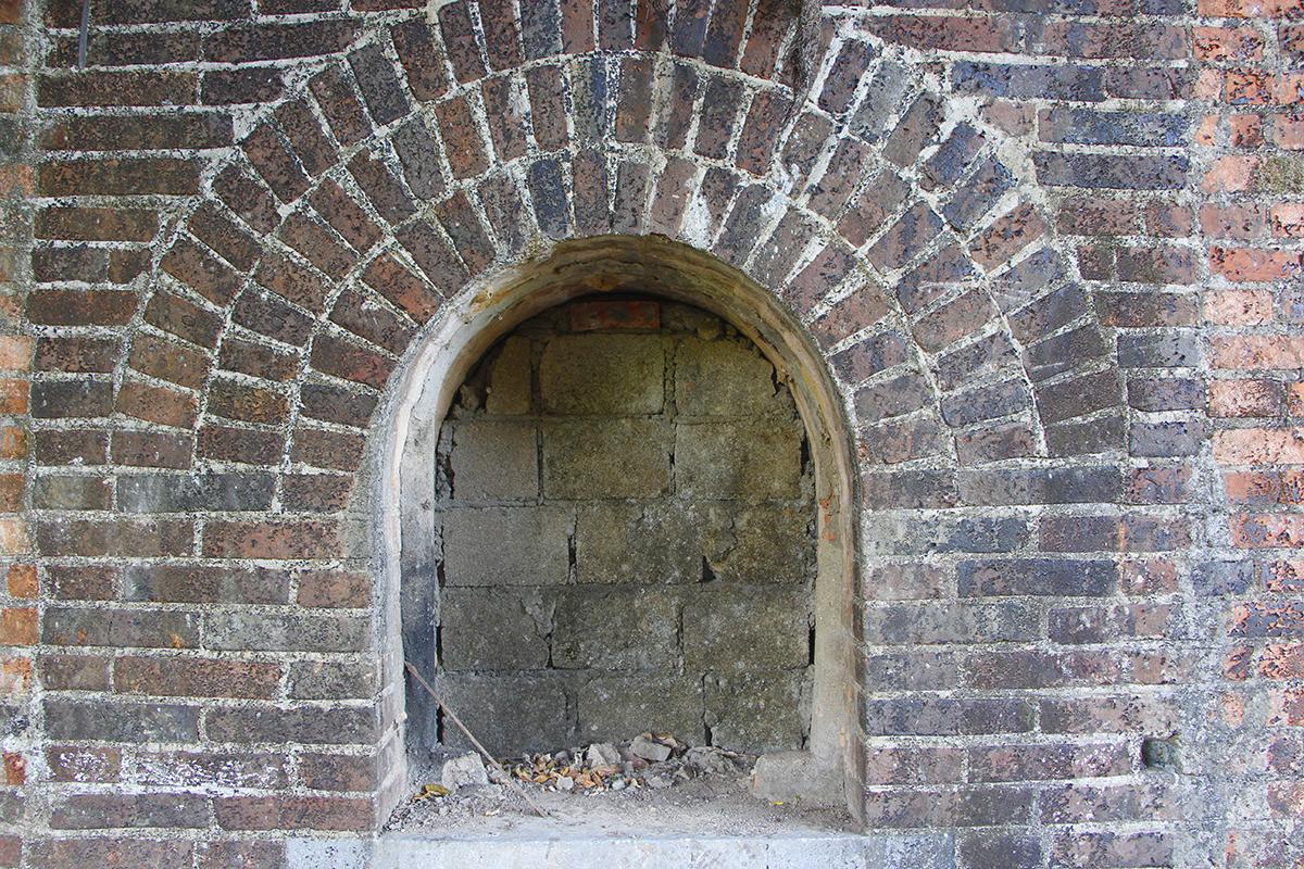 Một cổng thành có kiến trúc tương tự bị bịt kín. Ảnh: Võ Thạnh