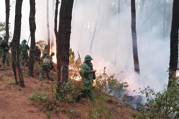 Quân đội kiểm soát một số điểm cháy nhỏ sáng nay. Ảnh: Phương Linh.