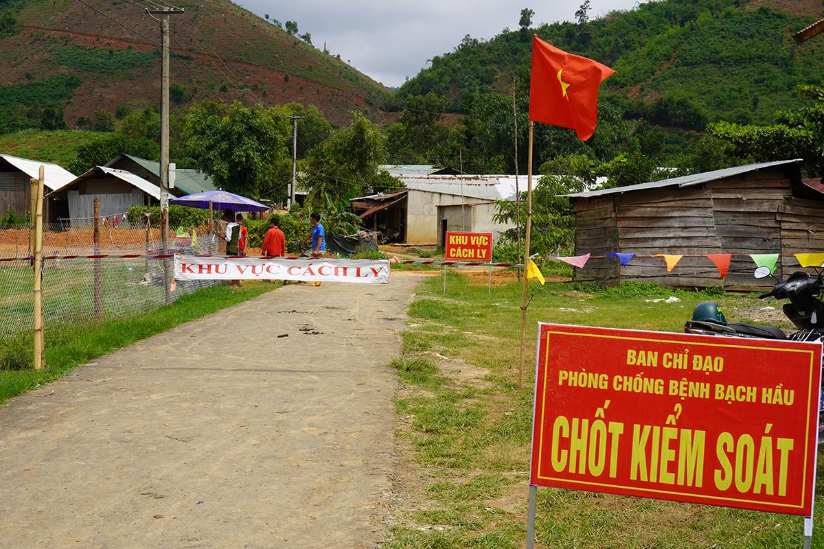 Dự kiến chiều nay, chốt cách ly 71 hộ dân ở Quảng Hòa sẽ được tháo dỡ. Ảnh: Trần Hóa.