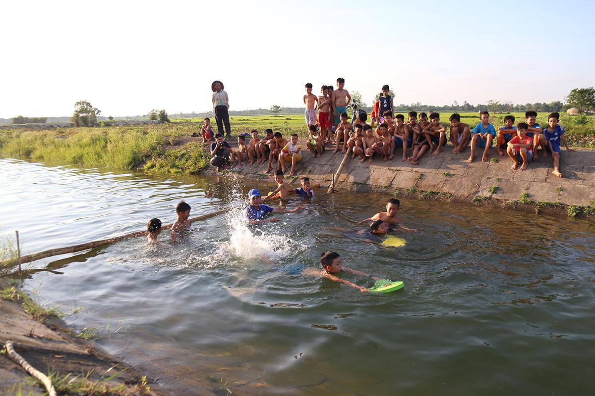 Tám năm qua, thầy Tước dạy bơi cho 1.500 học trò ở con kênh thuỷ lợi này.Ảnh: Hoàng Táo