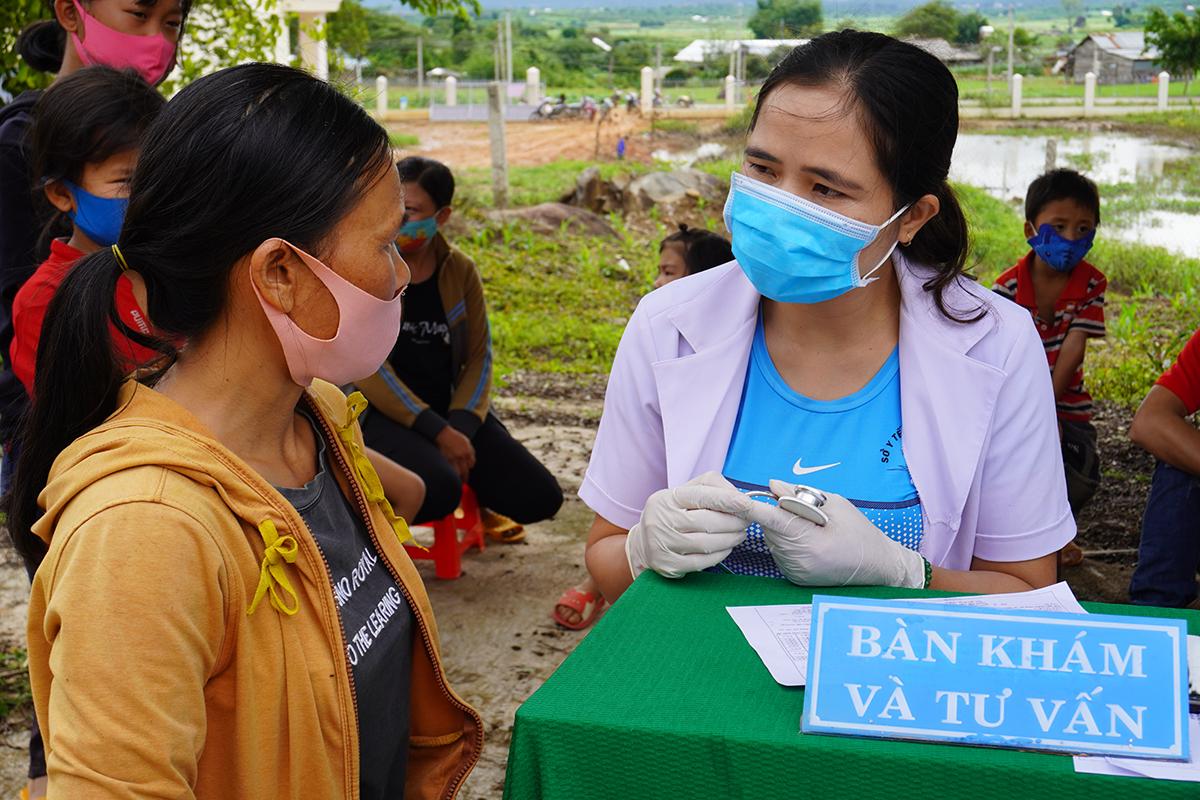 Cán bộ Y tế huyện thăm khám, tiêm chủng cho người dân xã Quảng Hòa, sáng 28/6. Ảnh: Trần Hóa.