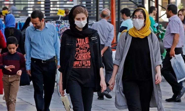 Người dân trên đường phố tại thủ đô Tehran, Iran, ngày 3/6. Ảnh: AFP.