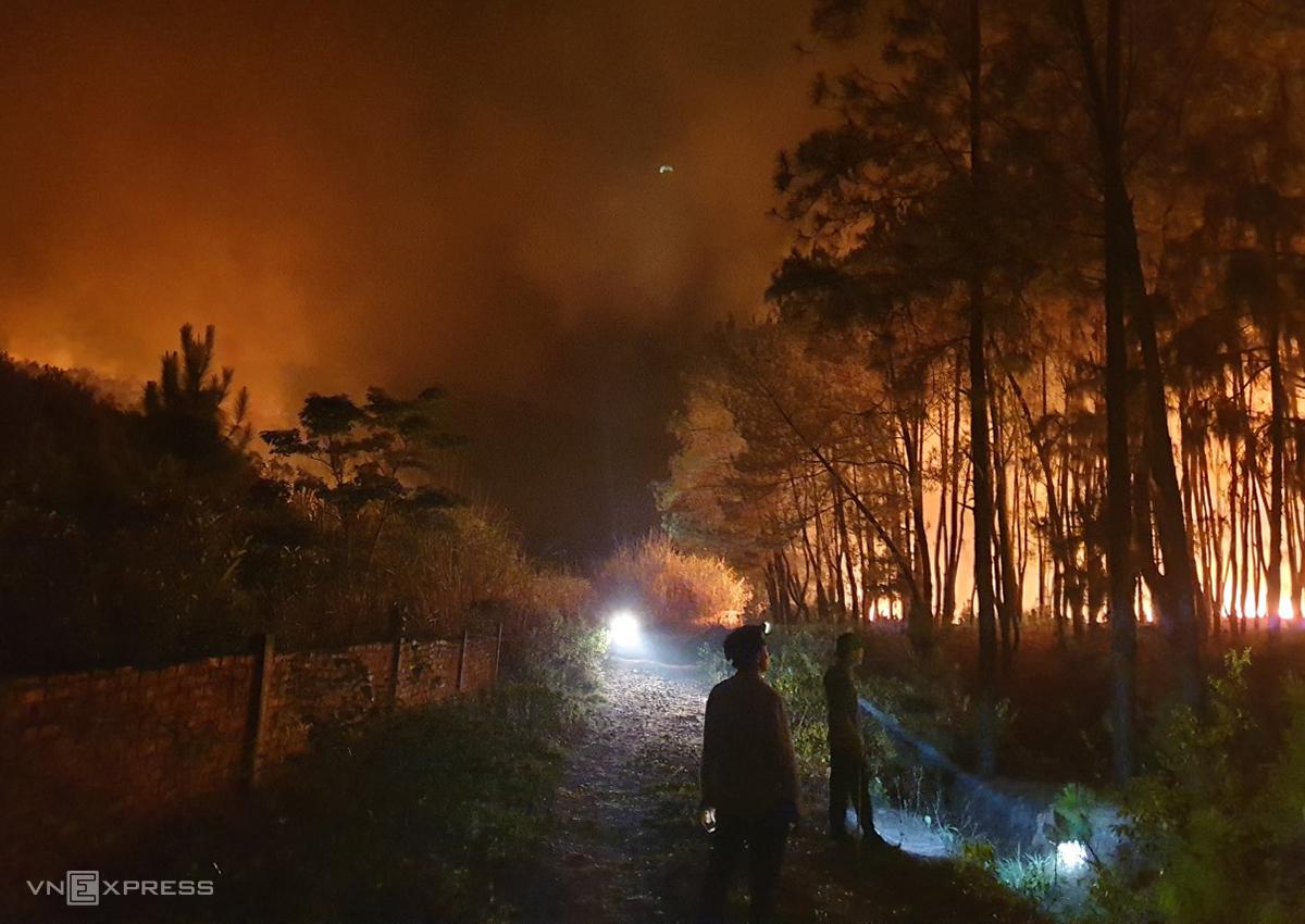 Lực lượng chữa cháy đứng canh không cho lửa lan rộng trong đêm. Ảnh: Phương Linh.