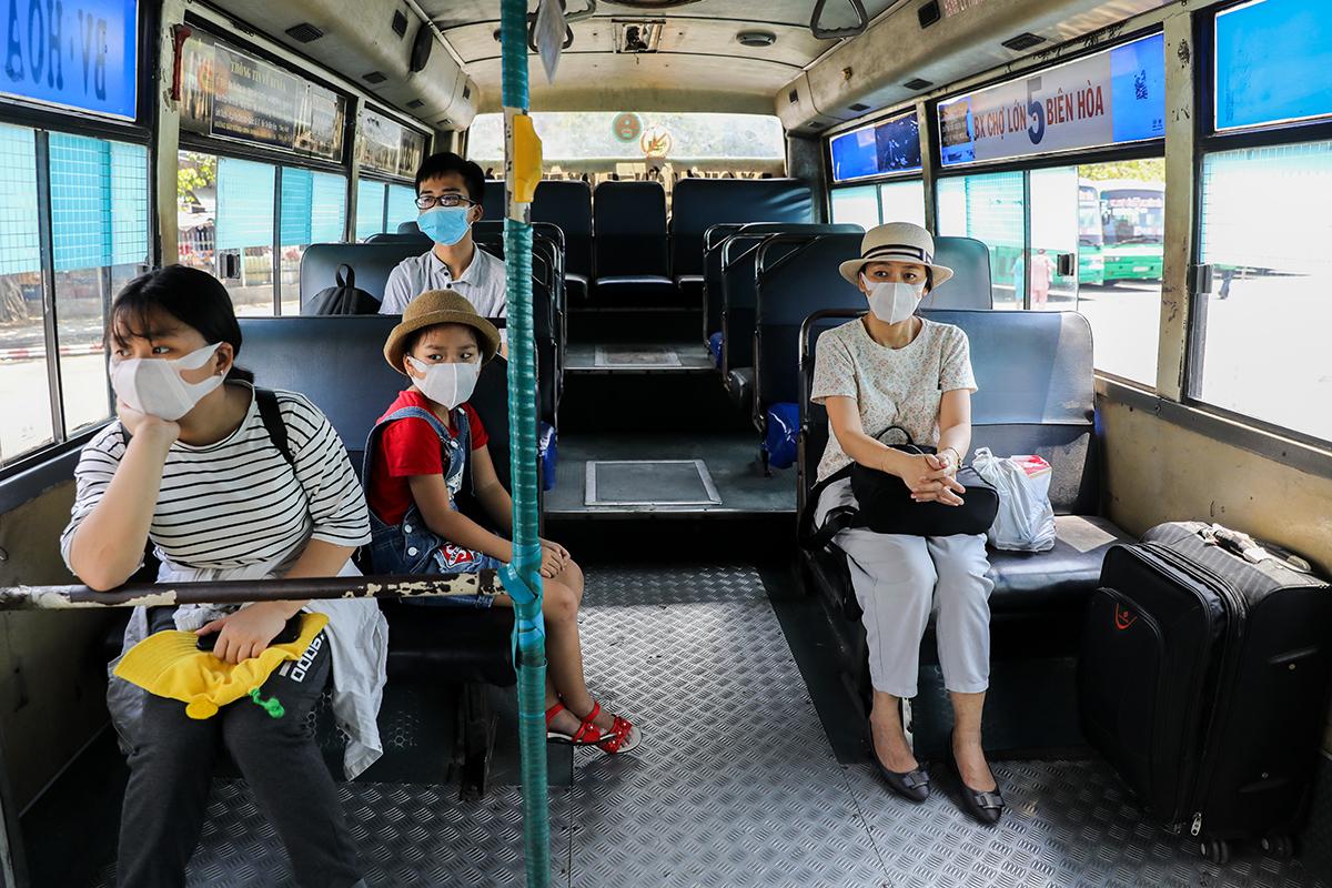 Xe buýt tuyến số 5 (Chợ Lớn - Biên Hòa) hoạt động sau thời gian hết cách ly xã hội do ảnh hưởng dịch Covid - 19. Ảnh: Quỳnh Trần.