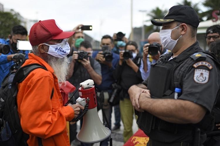 Người biểu tình phản đối Tổng thống Brazil Bolsonaro đối đầu với cảnh sát ở bãi biển Copacabana, thành phố Rio de Janeiro, hôm 28/6. Ảnh: AFP.