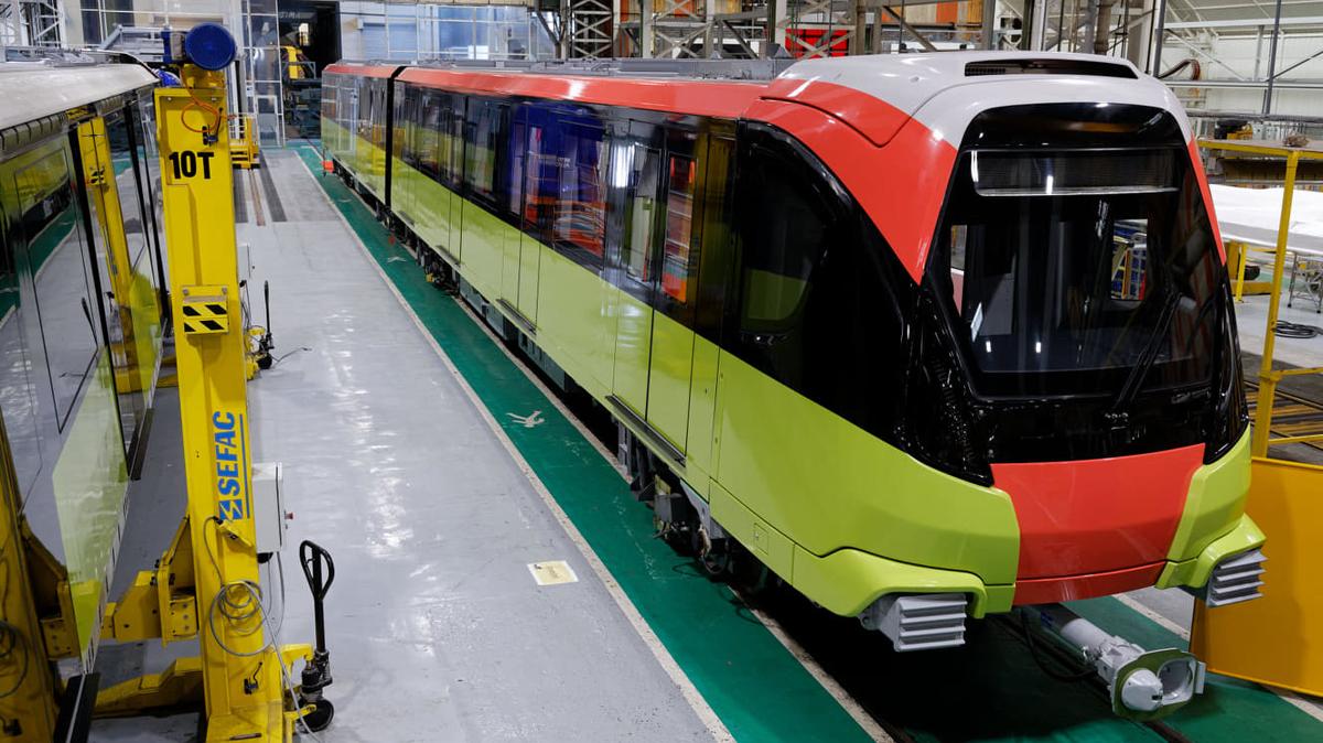 Đoàn tàu tuyến Metro Nhổn - ga Hà Nội được căn chỉnh trong nhà máy ở Pháp. Ảnh: MRB