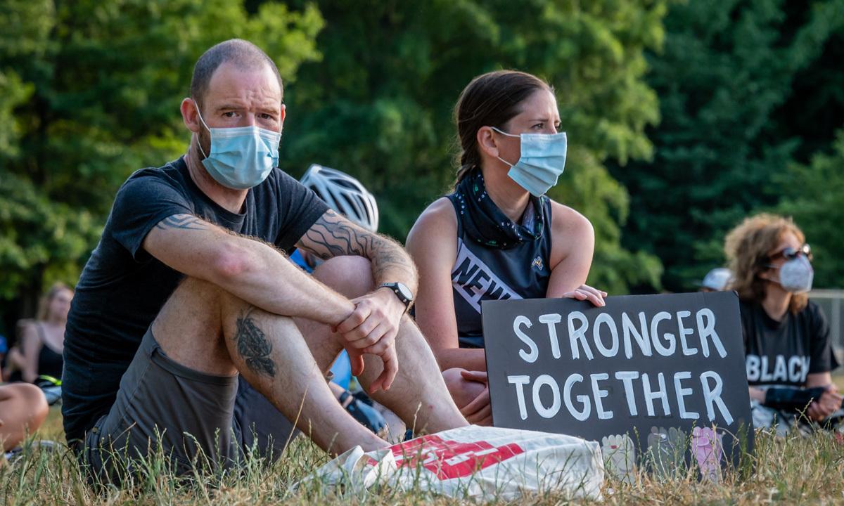 Người biểu tình tập trung tại một công viên ở thành phố New York, Mỹ, hôm 24/6 nhằm kêu gọi cắt ngân sách cảnh sát. Ảnh: Reuters.