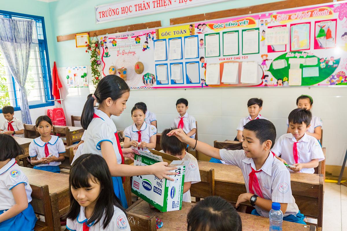 Nhà trường, giáo viên và học sinh cũng phấn khởi vì có thêm hoạt động uống sữa thú vị lồng ghép kiến thức dinh dưỡng và ý thức bảo vệ môi trường. Từ đó, các em biết cách kiểm tra hạn sử dụng của sản phẩm, uống đúng cách, và bỏ rác đúng nơi quy định... để rèn luyện ý thức kỷ luật và thói quen văn hóa vệ sinh ngay từ khi còn ngồi ở ghế nhà trường.