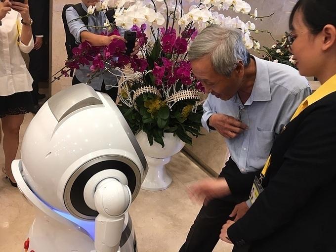 Khách hàng giao tiếp với robot OPBA của Nam A Bank. Ảnh: Lệ Chi