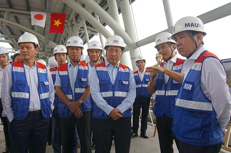 Phó thủ tướng Phạm Bình Minh (giữa) nghe báo cáo về tiến độ thực hiện dự án Metro Số 1 tại ga Công nghệ cao. Ảnh: Hữu Nguyên