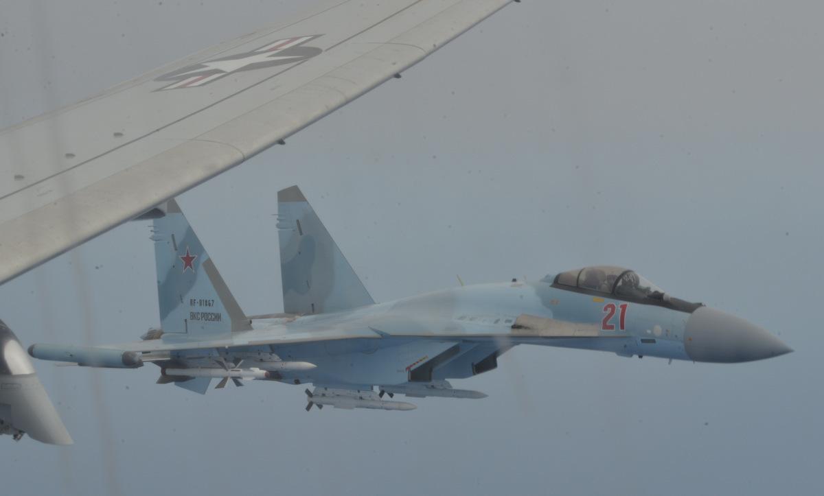 Tiêm kích Su-35S Nga bám sát chiếc P-8A Mỹ trên Địa Trung Hải hôm 26/5. Ảnh: US Navy.