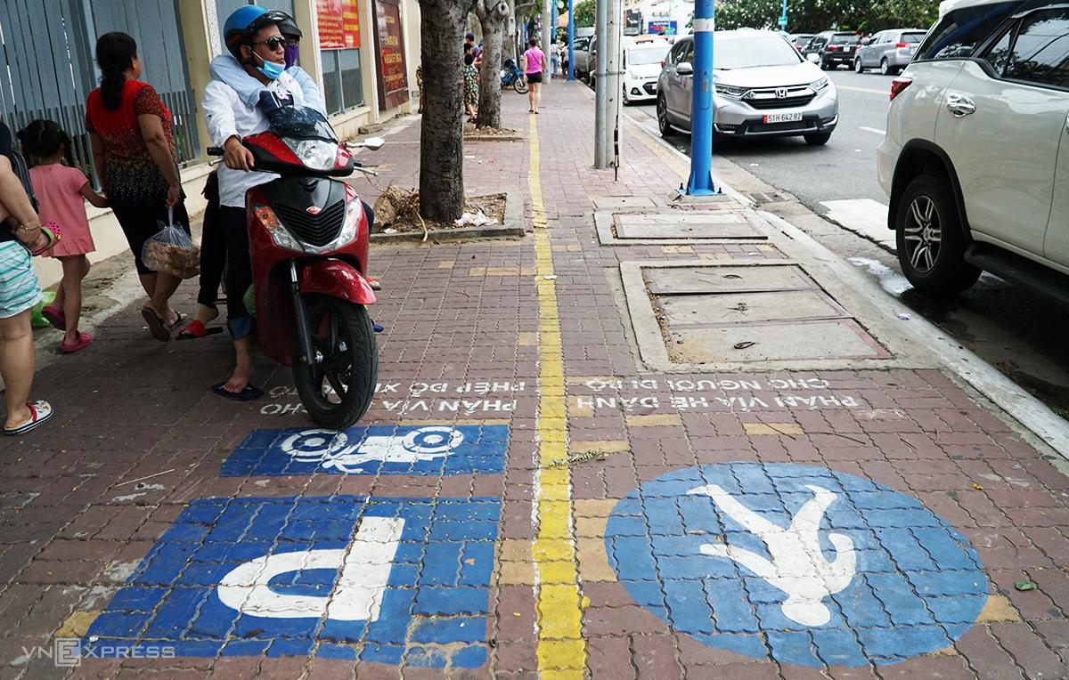 Vỉa hè trên đường Hoàng Hoa Thám (phường 3, TP Vũng Tàu) được kẻ vạch chia phần dành cho người đi bộ và phần đậu xe máy. Ảnh: Trường Hà.