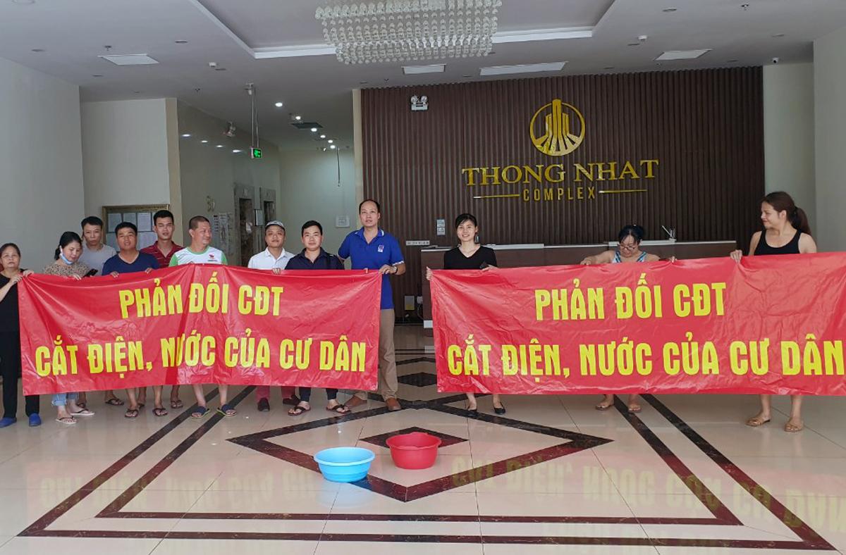 Cư dân chung cư Thống Nhất Complex 82 Nguyễn Tuân phản đối chủ đầu tư cắt nước sinh hoạt. Ảnh cư dân cung cấp.