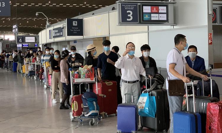 Công dân Việt Nam xếp hàng tại sân bay ở Pháp, chuẩn bị lên máy bay về nước hôm 28/6. Ảnh: Bộ Ngoại giao.