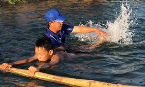 Thầy giáo ngăn kênh thủy lợi dạy bơi