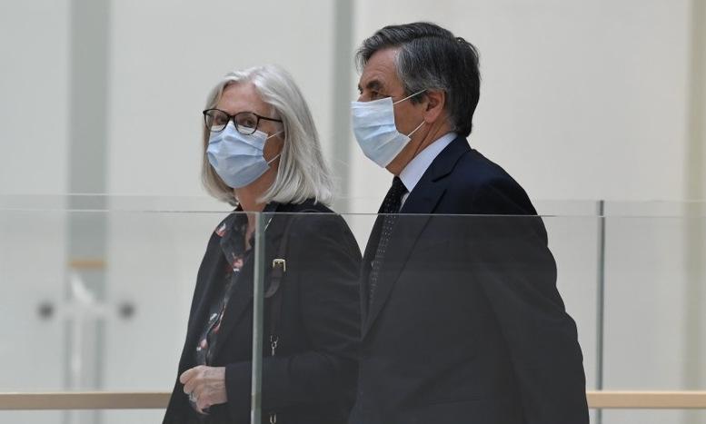 Fillon và vợ trước phiên tòa ngày 29/6. Ảnh: AFP.