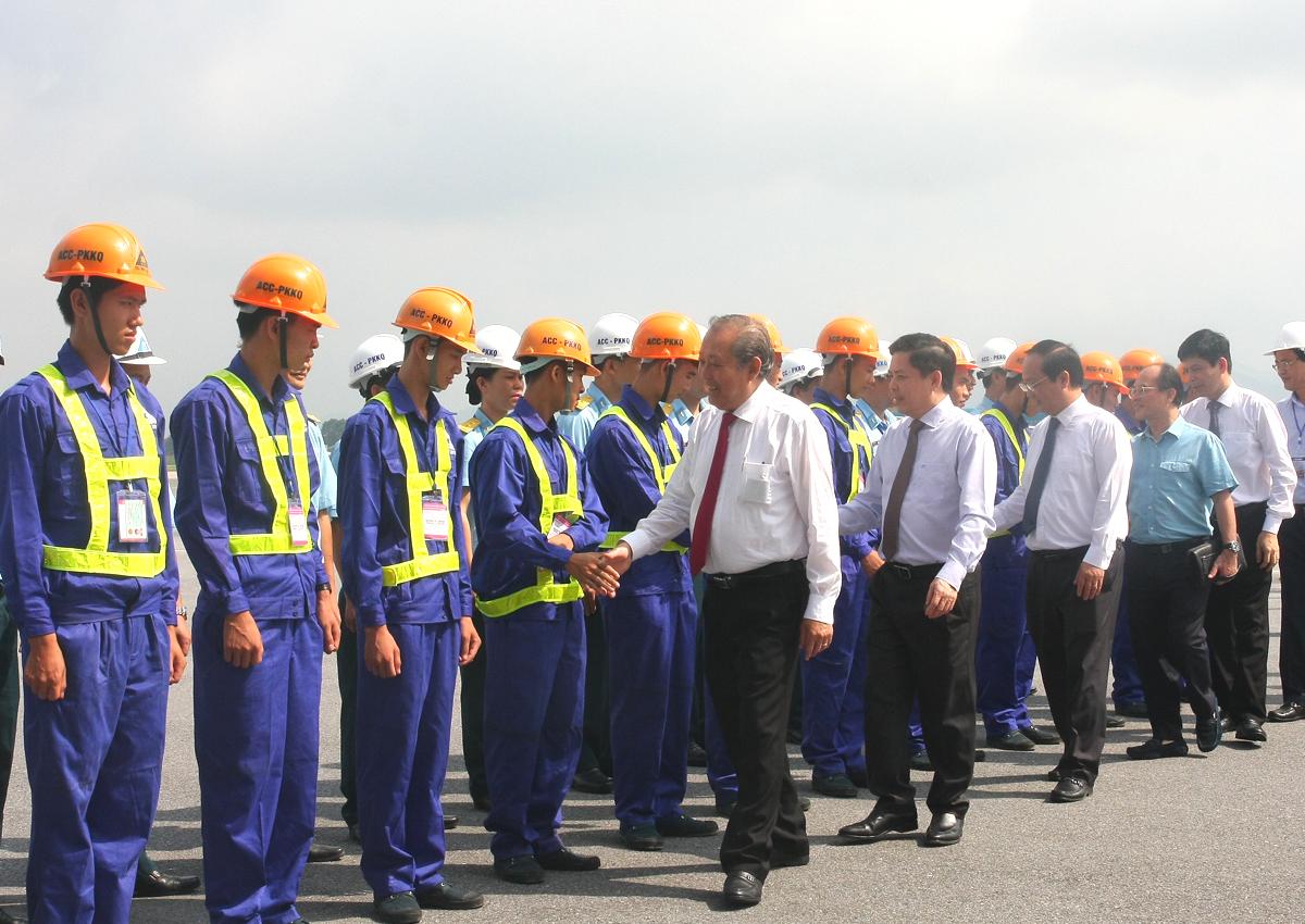 Lãnh đạo Chính phủ và Bộ Giao thông Vận tải động viên các công nhân tham gia dự án. Ảnh: Anh Duy.