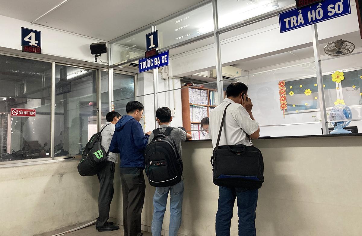 Quầy đóng trước bạ xe tại chi cục thuế quận Bình Thạnh vào buổi chiều 29/6. Ảnh: Thành Nhạn