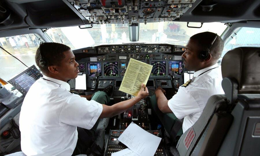 Các phi công ngồi trong buồng lái một chiếc máy bay của hãng Ethiopian Airlines chuẩn bị khởi hành từ Addis Ababa đến Eritrea hồi tháng 7/2018. Ảnh: Reuters.
