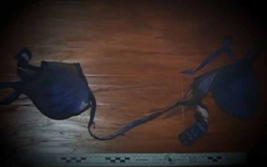 Chiếc áo lót xanh bị đứt ở hiện trường vụ án. Ảnh: CCTV.