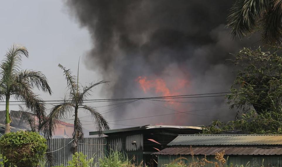 Cháy xưởng hóa chất ở Long Biên