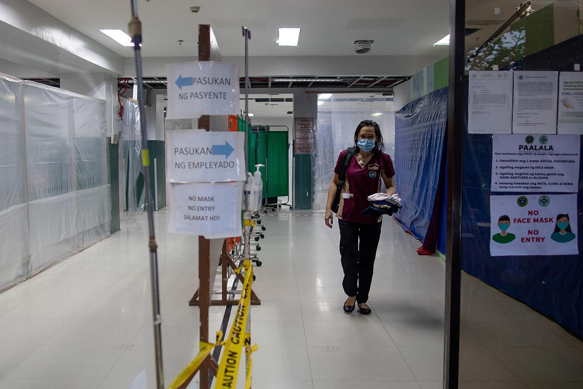 Bác sĩ Jan Claire Dorado ra về sau ca làm việc 12 tiếng ở Trung tâm Y tế East Avenue, thành phố Quezon, Manila, Philippines, hôm 9/6. Ảnh: Reuters