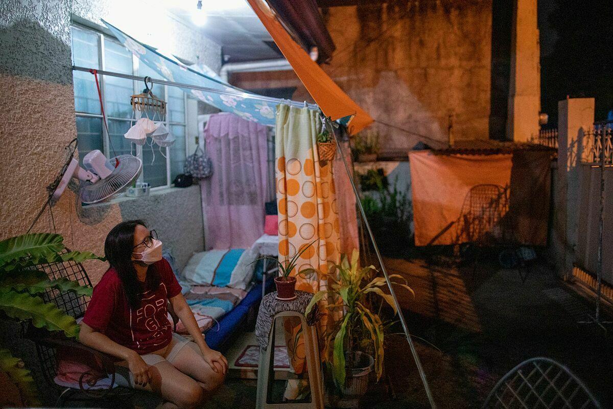 Bác sĩ MicaBastillo tại căn lều tạm được dựng lên ở sân nhà để cách ly với gia đình tại thành phố Marikina, Manila, Philippines, hôm 29/5. Ảnh: Reuters