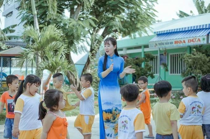 Cô cùng các em múa hát, vận động ngoài trời để nâng cao sức khỏe.